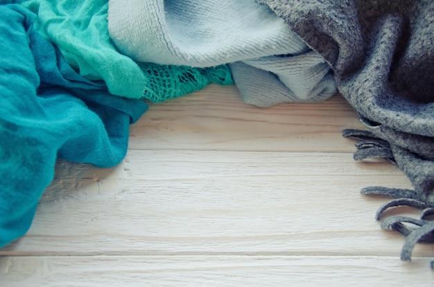 Tas d'écharpes sur un fond en bois