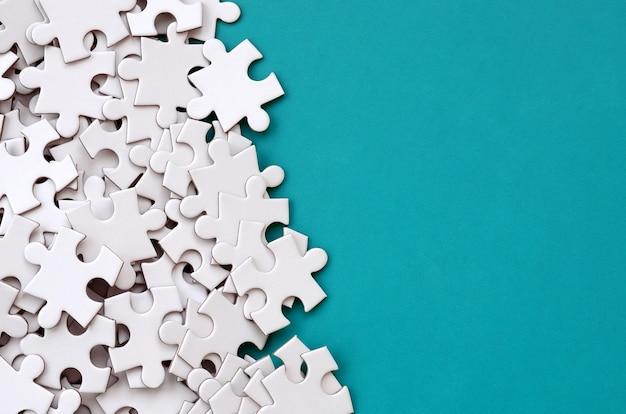 Un tas d'éléments non peignés d'un puzzle blanc se trouve