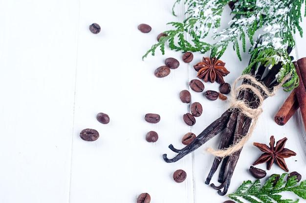 Tas d'épices bâtons de cannelle, étoiles vanille, grain de café et anis