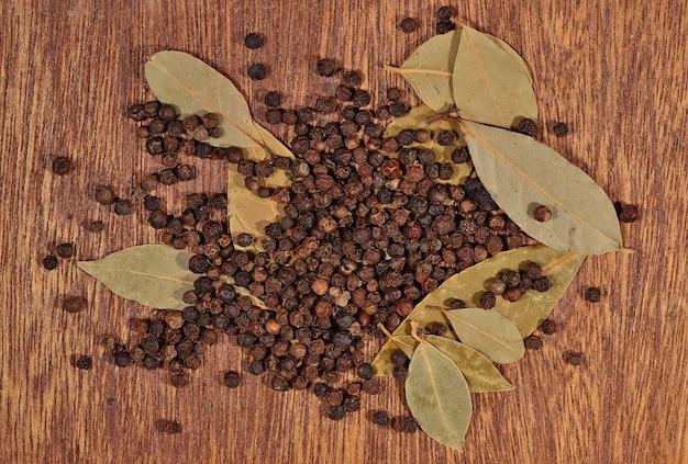 Tas de feuilles de laurier et de grains de poivre