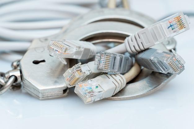 Un tas de fils de réseau verrouillés avec les menottes