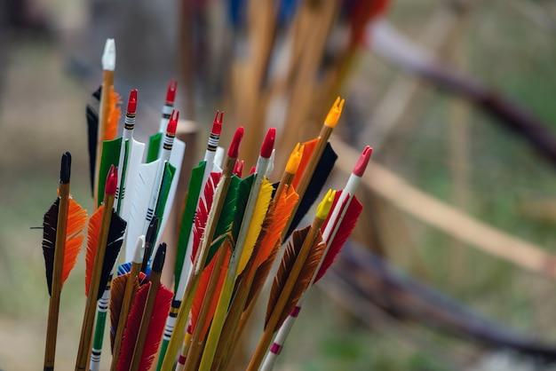 Tas de flèches d'arc colorées pour tir à l'arc - concours d'archer.