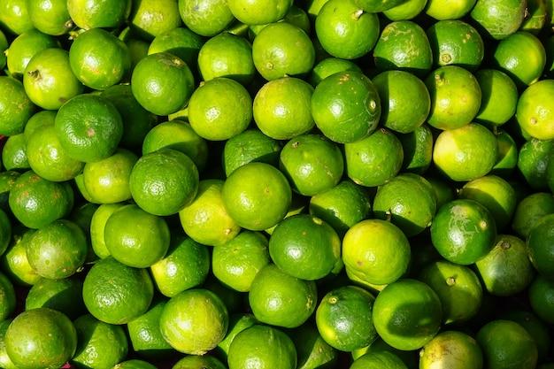 Tas de frais fruit de lime organique arrondie de couleur jaune vif et vert