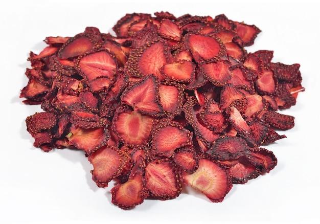 Tas de fraises séchées sur fond blanc