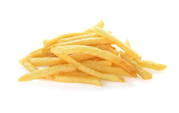 Tas de frites appétissantes sur fond blanc