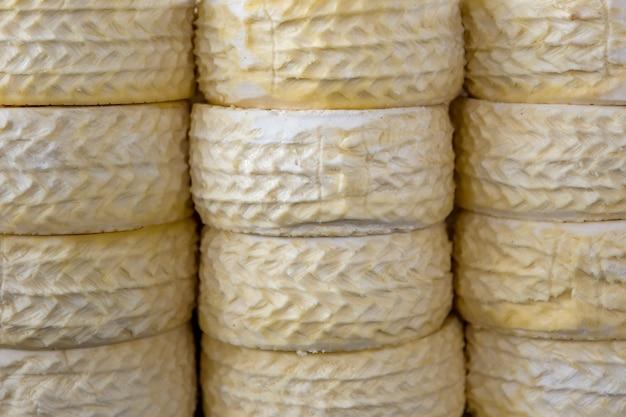 Tas de fromage du pérou sur le marché du fromage de cusco