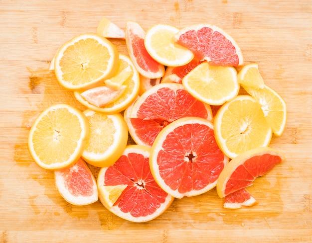 Tas de fruits tranchés d'agrumes juteux