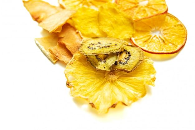 Tas de fruits tropicaux secs isolés