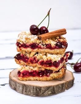 Tas de gâteau au four avec cerise