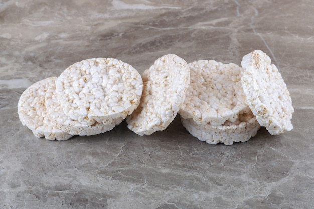 Un tas de gâteaux de riz soufflé, sur le fond de marbre.