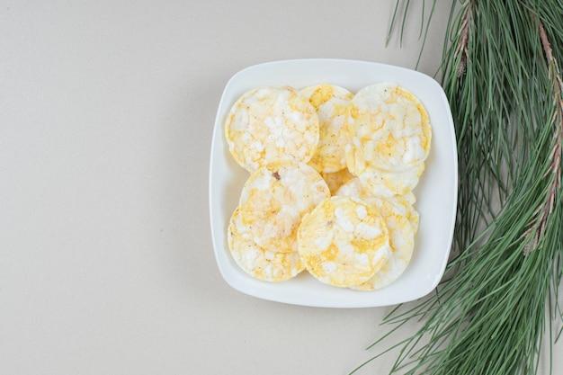 Tas de gâteaux de riz soufflé sur plaque blanche