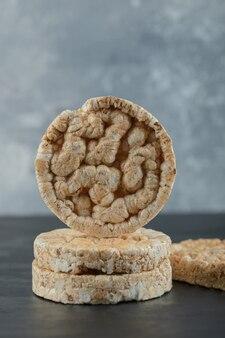 Tas de gâteaux de riz soufflé sur une surface en marbre