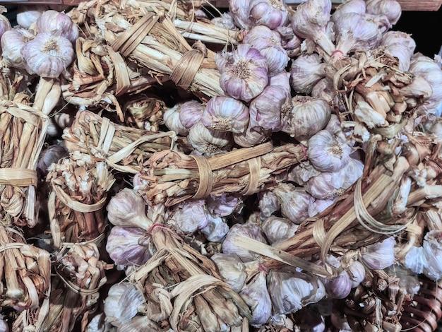 Tas de gousses d'ail fraîches en vente au supermarché