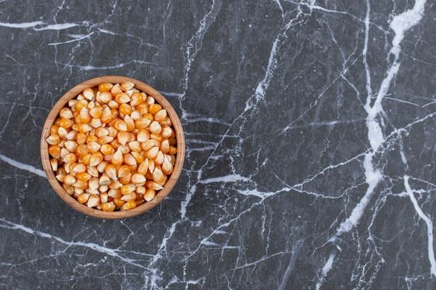 Tas de graines de maïs dans un bol en bois.