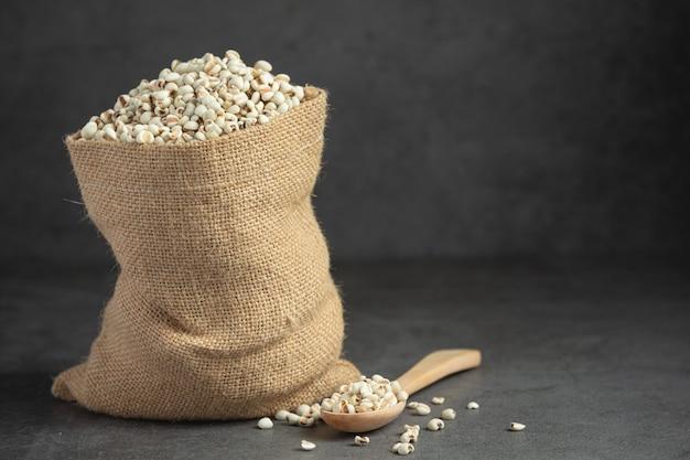 Tas de graines de millet sur fond sombre