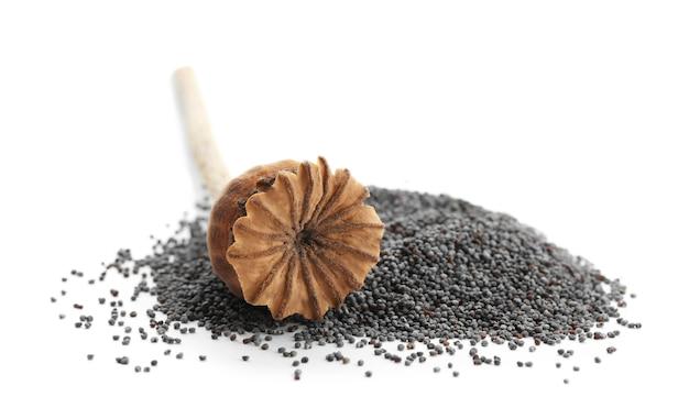 Tas de graines de pavot et gousse séchée