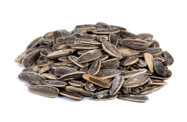 Tas de graines de tournesol sur fond blanc