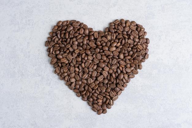 Tas de grains de café en forme de cœur. photo de haute qualité