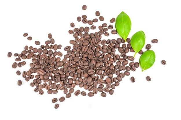 Tas de grains de café torréfiés isolé sur une découpe blanche