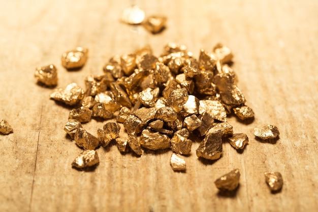 Tas de grains de pépite d'or, sur fond