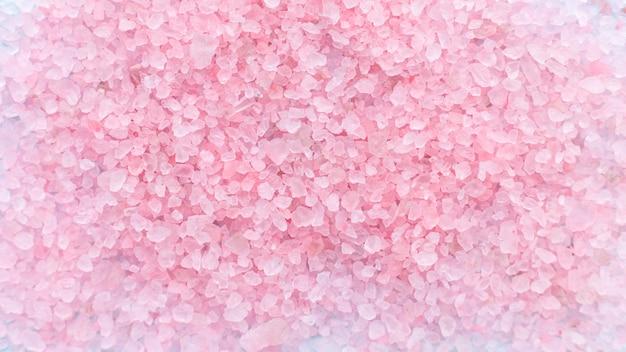 Tas de gros cristaux saupoudrés de fond de sel de mer rose