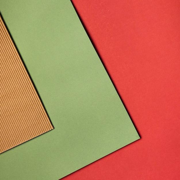 Tas de gros plan de papiers colorés