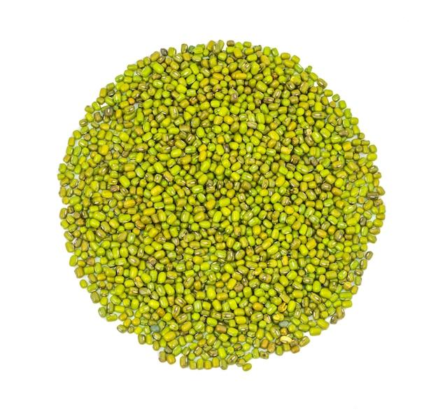 Tas de haricots mungo vert sur fond blanc