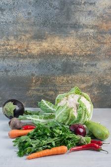 Tas de légumes frais sur table en pierre. photo de haute qualité