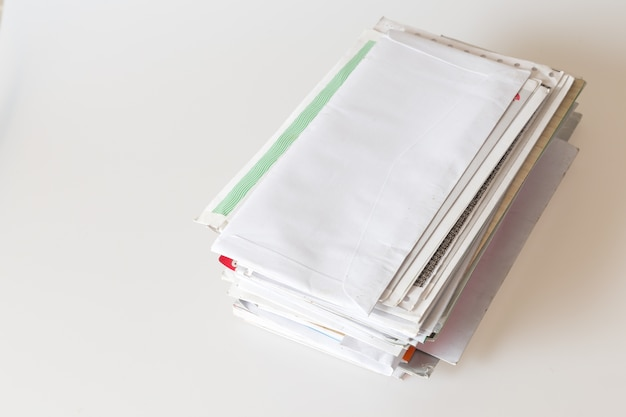 Tas de mails sur fond blanc
