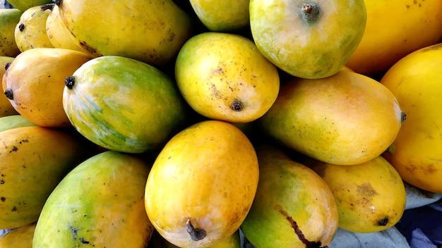 Tas de mangues mûres fraîches au marché pour vendre