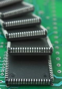 Tas de micropuces sur une carte de circuit imprimé