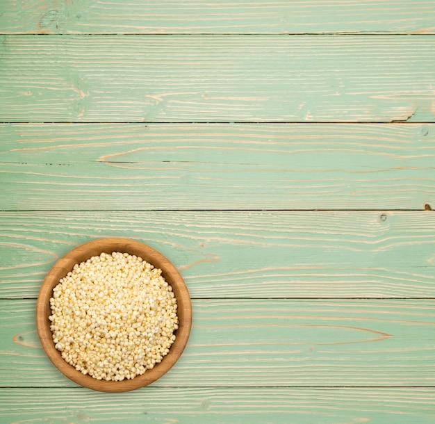Tas de millet soufflé sur la vue de dessus de table en bois