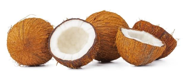 Tas de morceaux de noix de coco isolé sur fond blanc