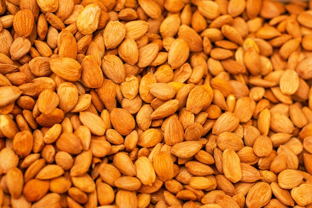Tas de noix d'amande pelées bouchent comme arrière-plan