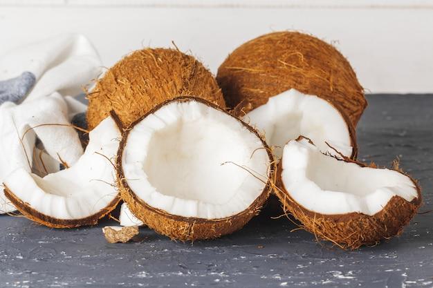 Tas de noix de coco cassées sur gris déchiré
