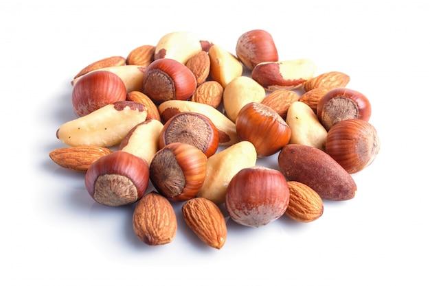 Tas de noix diverses isolé sur fond blanc.