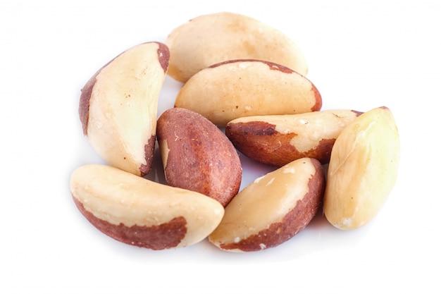 Tas de noix du brésil isolé sur fond blanc.