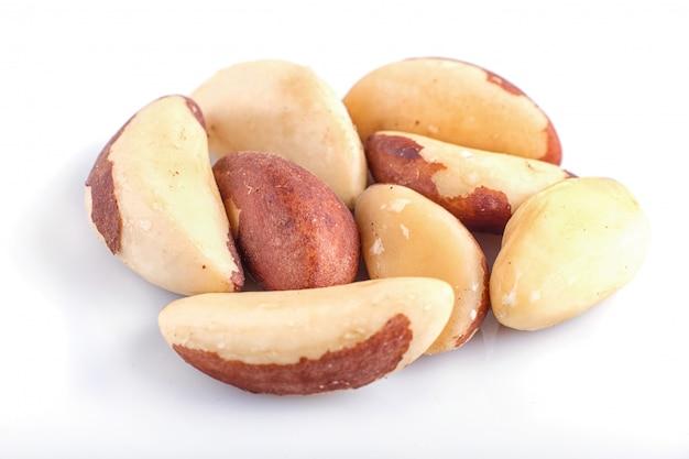 Tas de noix du brésil isolé sur fond blanc