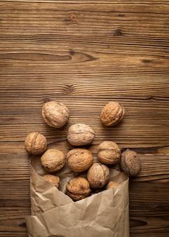Tas de noix sur fond de bois
