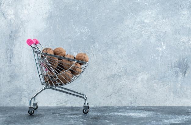 Tas de noix fraîches dans un petit panier du marché.