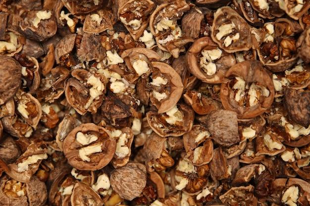 Tas de noix de grenoble fissurées