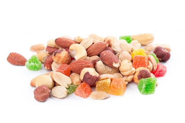 Tas de noix grillées et de fruits confits isolés