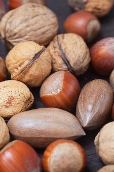 Tas de noix sur une surface en bois