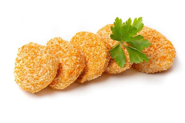 Un tas de nuggets de poulet cuit isolé sur fond blanc