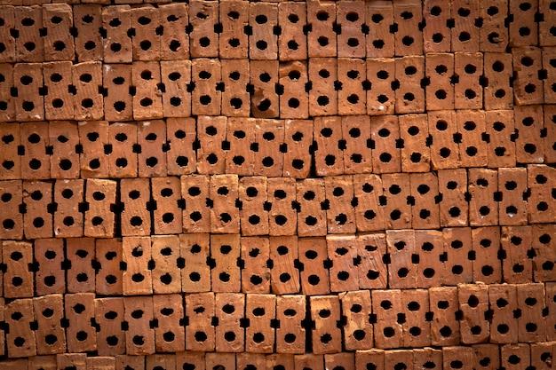 Un tas ordonné de brique de contruction rouge comme arrière-plan