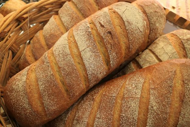 Tas de pains de pain de blé entier fraîchement préparés dans un panier