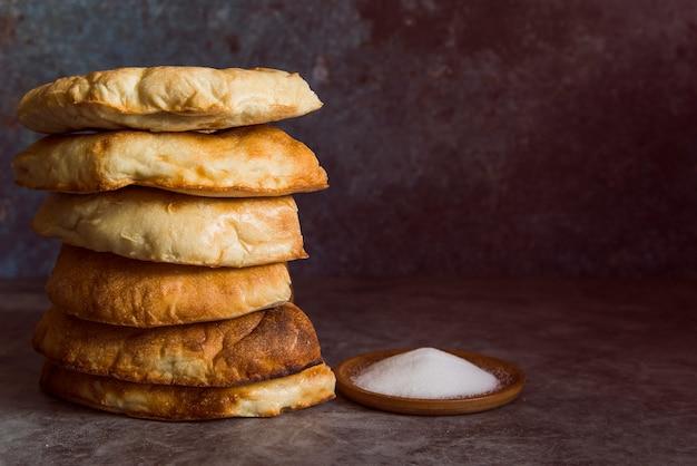 Tas de pains plats avec sel vue de face