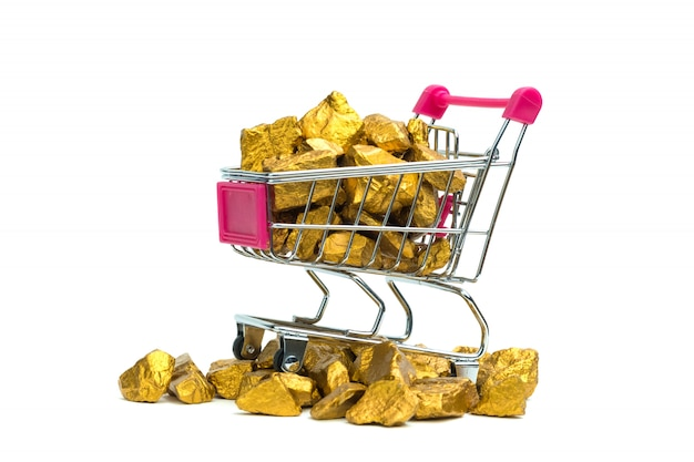 Tas de pépites d'or ou de minerai d'or dans un caddie ou un chariot de supermarché