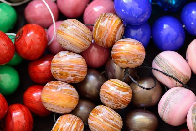 Un tas de perles de verre de différentes couleurs, lampwork