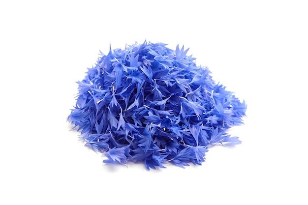 Tas de pétales de bleuet frais bleu isolé sur blanc